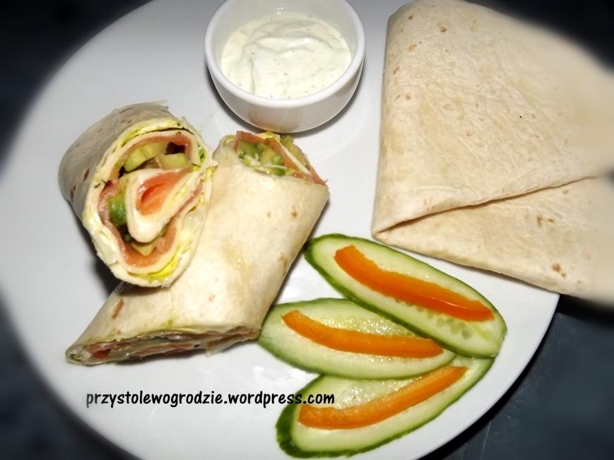 Tortilla z warzywami i łososiem